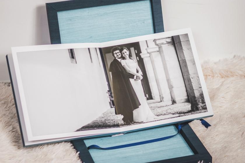 Album Young Book 30X30. Acabado en arce en tonos azules. Imagen a doble página de postboda en León. H+J