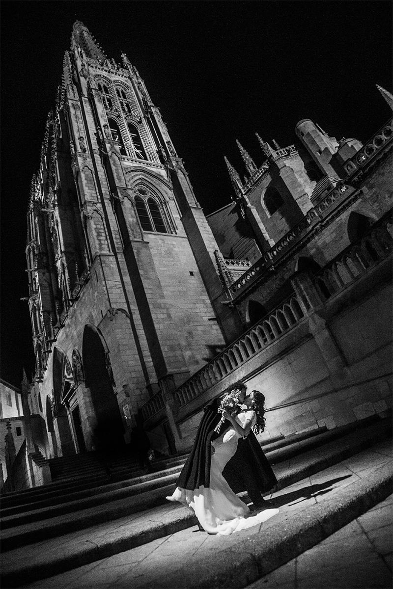 H+J. Beso. Catedral de Burgos. Nocturna
