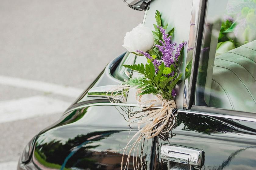 Adorno floral en el coche.