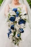 J+A. Ramo de novia precioso, con rosas y plumas azules
