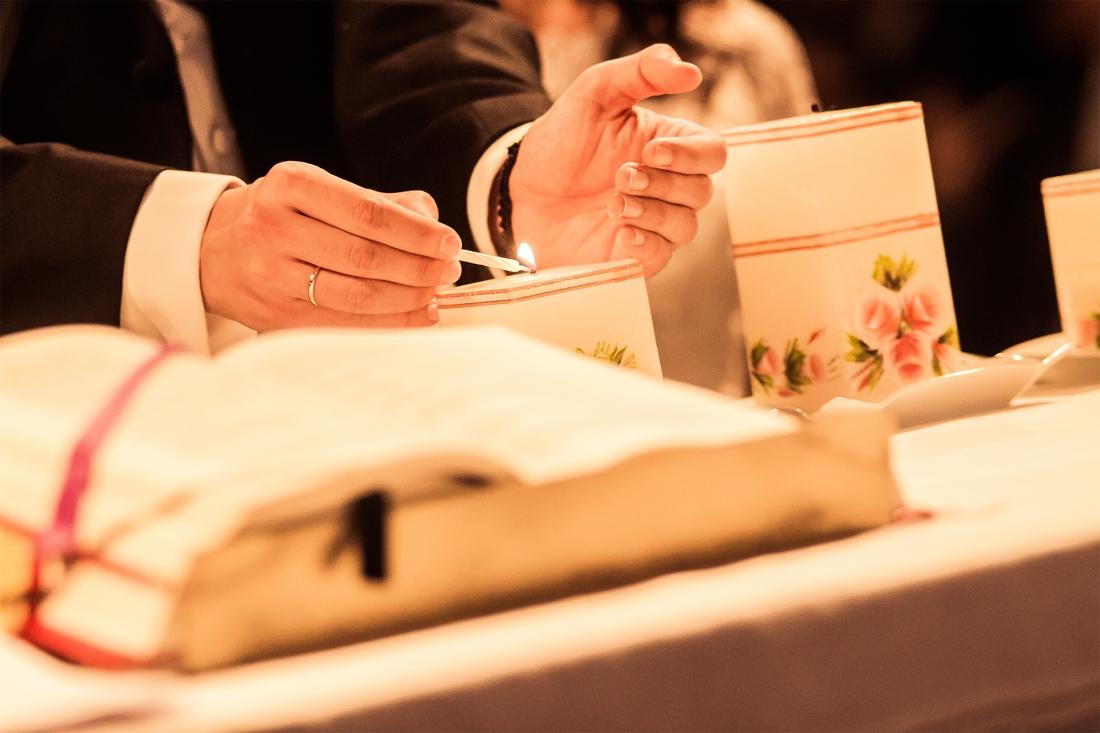 Rito de las velas o de la luz en una boda religiosa. H+J